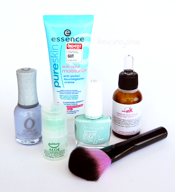 Summer essentials (makeup, skincare, nail polish, tools)